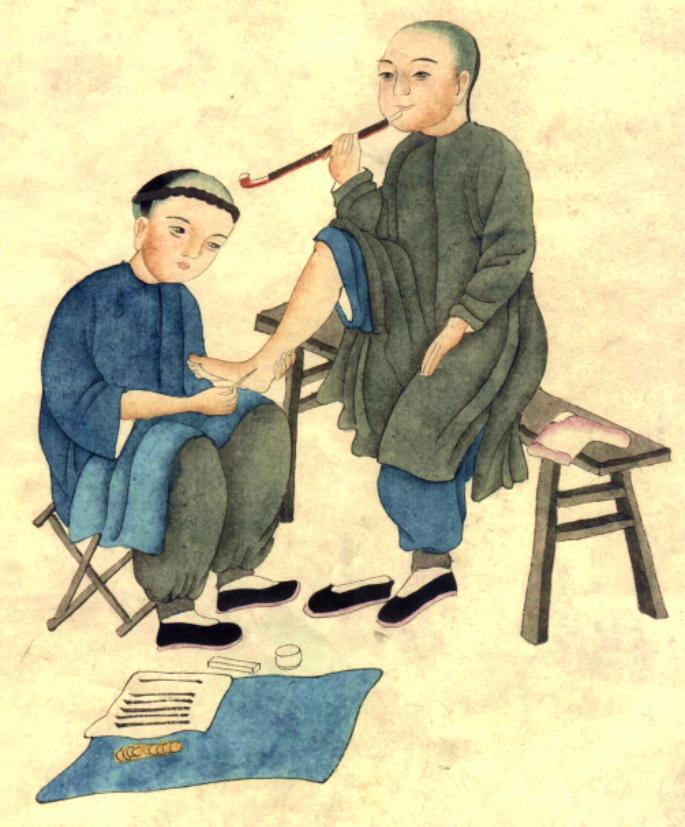 Personnage chinois massant les pieds de quelqu'un